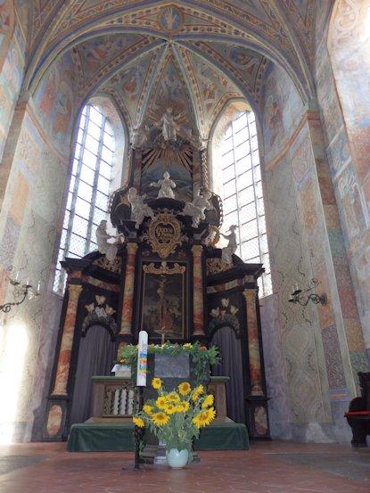 Altar mit Taufstein im Vordergrund