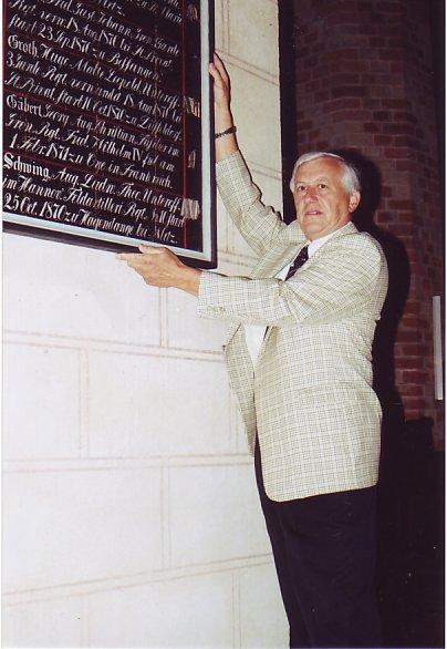 Karl H. Staudinger mit Gedenktafel