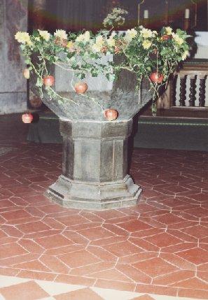 Taufstein geschmückt (Erntedank 2002)