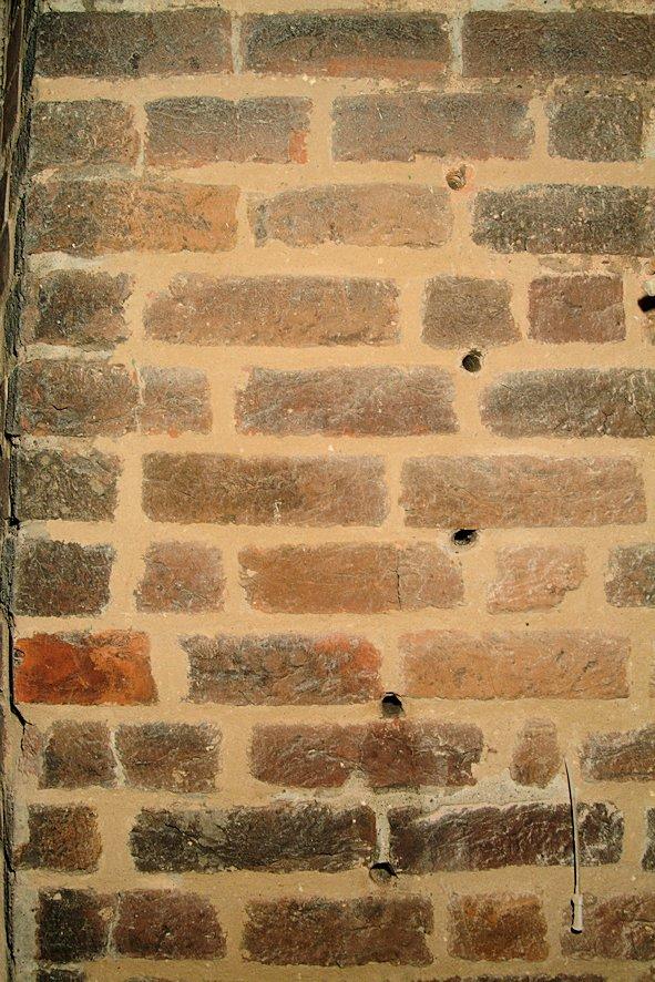 Bohrlöcher für Verpressung in der Südfassade