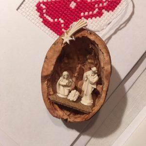 Mini-Krippe in Walnussschale